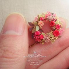 Miniature floral wreath by Sanae Taira Miniature Plants, Miniature Dolls, Polymer Clay Flowers, Polymer Clay Jewelry, Clay Miniatures, Dollhouse Miniatures, Mini Plants, Tiny Treasures, Mini Things