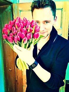 Well isn't this just Tom Hiddleston with a bouquet of tulips Tom Hiddleston Loki, Thomas William Hiddleston, Rodrigo Santoro, Kit Harrington, Loki Laufeyson, Michael Fassbender, Actor Keanu Reeves, Gorgeous Men, Beautiful People