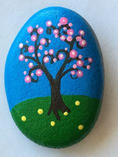 Little tree on a rock. Stone Art Painting, Pebble Painting, Pebble Art, Rock Painting Patterns, Rock Painting Designs, Stone Crafts, Rock Crafts, Christmas Rock, Painted Rocks Kids
