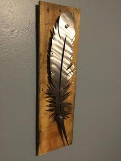 Metal Feather Mounted to Wood Sign Metal Tree Wall Art, Scrap Metal Art, Metal Artwork, Feather Wall Decor, Feather Art, Art En Acier, Plasma Cutter Art, Welding Art, Welding Table