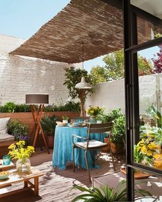 This post contains the best DIY patio ideas. These inexpensive ideas will definitely help you make your patio attractive and charming. Outdoor Rooms, Outdoor Gardens, Outdoor Living, Outdoor Decor, Roof Gardens, Small Terrace, Terrace Garden, Modern Roofing, Diy Patio