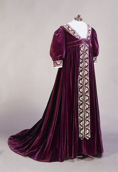 1895-1900, England - Tea gown - Silk velvet, embroidered with silk, metal…