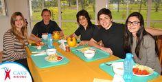 Una familia completa aprendiendo hábitos saludables en el CAVS de Misiones.