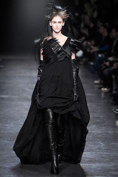 Ann Demeulemeester Fall 2011 Ready-to-Wear Fashion Show - Daiane Conterato (Elite) Mega Fashion, Dark Fashion, Fashion Show, Fashion Design, Gothic Fashion, Ann Demeulemeester, Looks Style, Style Me, Mode Sombre