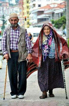 Enjoying a stroll Couples Âgés, Vieux Couples, Elderly Couples, Muslim Couples, Grow Old With Me, Growing Old Together, Old Faces, Never Grow Old, Love Is Everything