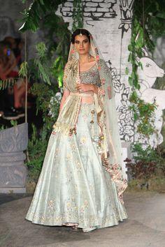Complete collection: Anju Modi at India Couture Week 2017 Indian Bridal Lehenga, Indian Bridal Outfits, Indian Dresses, Bridal Dresses, Wedding Outfits, Wedding Wear, Wedding Blog, Destination Wedding, Lehenga Choli