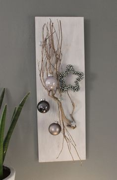 Wooden board, stained white, decorated with a vine branch, small wooden stars, balls and a miniature star! Christmas Wall Art, Modern Christmas, Rustic Christmas, Christmas Home, Handmade Christmas, Christmas Wreaths, Christmas Ornaments, Christmas Ideas, Deco Table Noel