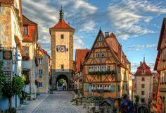 pueblos mas bonitos de alemania ROTHENBURG OB DER TAUBER Es la joya medieval de la Ruta Romántica alemana, un pueblo de cuento de hadas con cautivadoras calles empedradas, casas sin orden ni concierto y murallas.