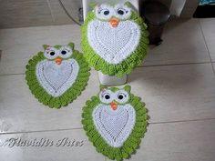 "Jogo de Banheiro Corujinha ""Tapete da Pia"" - YouTube Crochet Owls, Crochet Stars, Crochet Fabric, Crochet Crafts, Crochet Doilies, Easy Crochet, Crochet Stitches, Free Crochet, Knit Crochet"