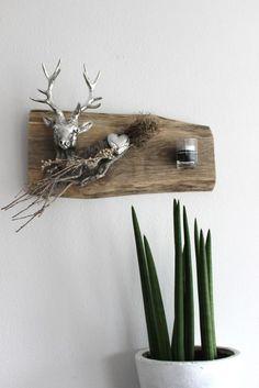 HE40 %u2013 Wanddeko aus altem Holz! Dekoriert mit einem Hirschkopf, Kunstfell, Teelichtglas und Materialien aus der Natur! Preis 49,90%u20AC