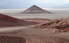 Parece la Luna? No, es en nuestro país! Se trata del Cono de Arita, una rareza en medio del salar de Arizaro, en Salta.