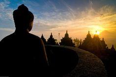 Im Licht der aufgehenden Sonne ist der Tempel Borobodur besonders eindrucksvoll. Zwei der bedeutendsten Tempel Asiens liegen nah beieinander auf der Insel Java. Sie erinnern an einen fast völlig untergegangenen Glauben, denn heute sind mehr als 90 Prozent der Indonesier Muslime.