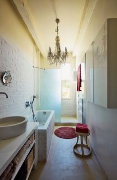 Maison à Marseille - Salle de bains minimaliste mais délicate... Le détail qui tue : le beau lustre baroque !