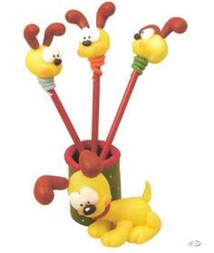 Lápices decorados con perritos de porcelana fría.
