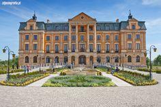 """Pałac Bursztynowy we Włocławku. Współczesny, wybudowany na początku XXI wieku. Wybudowany przez włocławskiego milionera, byłego sekretarza PZPR. Nad wejściem jest napis """"W hołdzie mojej i wszystkim mamom"""". Jest częścią fundacji """"Samotna mama"""", pomagającej rodzinom niepełnym. Funkcjonuje jako hotel. Visit Poland, Royal Residence, Chateaus, Manor Houses, The Beautiful Country, Eastern Europe, Fairytale, Travelling, Medieval"""
