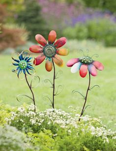 Great garden decor for when the garden starts to fade ~ Pick-a-Dilly Flower Stakes Aluminum Can Crafts, Metal Crafts, Recycled Crafts, Aluminum Cans, Diy Crafts, Soda Can Flowers, Tin Flowers, Tin Can Art, Soda Can Art