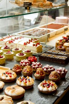Referência para foto Foto de dentro do balcão - Hummingbird bakery in London.We had the best cupcakes at this cute little bakery! Bakery London, Bakery Cafe, Bakery Shops, Rustic Bakery, Vintage Bakery, Hummingbird Bakery, Bakery Interior, Bakery Design, Cafe Design