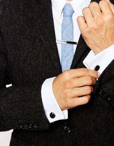 Set aus Krawattennadel und Manschettenknöpfen von Simon Carter silberfarbene Optik schmale Krawattennadel mit eingelegte Muster Clipverschluss passende Manschettenknöpfe Zierknopf T-Steg-Verschluss 100% Messing jetzt neu! ->. . . . . der Blog für den Gentleman.viele interessante Beiträge  - www.thegentlemanclub.de/blog