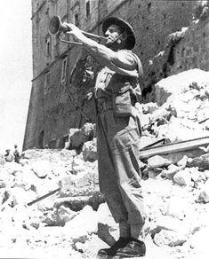 Bitwa o Monte Cassino -Emil Czech gra Hejnał Mariacki w zdobytym klasztorze.