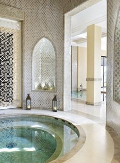 C: prachtig palet en materialen keuze. Geeft gevoel van luxe zonder protserig te zijn. Nisjes te moors voor in een NL huis. Mooi dat het bad anders betegeld is dan de vloer.   Traditional Moroccan Zellige tilework with a modern touch. (Four Seasons Resort Marrakech)