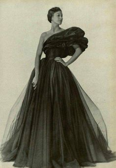 Evening gown by Marcelle Chaumont, 1948 Vintage Gowns, Mode Vintage, Vintage Ladies, Vintage Outfits, Marcelle Chaumont, Rodney Smith, Mode Chic, Vintage Fashion Photography, Vintage Couture