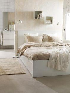 Sängstommen MALM står i vackraste vinterskruden med LINBLOMMA påslakan och örngott i 100% lin.