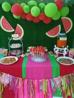 Mesa dulce #poolparty #sandía #galletasdecoradas #mesa #party #fiesta #rojo #verde Más fotos en nuestra web y Facebook