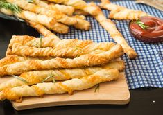 Make delicious pasta and savory baked pastry twists with one great mix! … Make delicious pasta and savory baked pastry twists with one great mix! Saveur Recipes, Chef Recipes, Greek Recipes, Cooking Recipes, Healthy Diet Recipes, Vegan Recipes, Twisted Pasta, Roh Vegan, Pesto Recipe