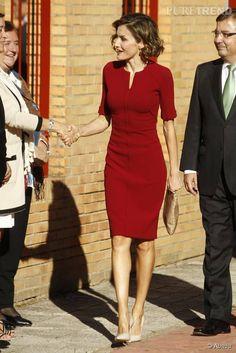- Robes - PHOTOS - Letizia d'Espagne met en valeur sa silhouette dans cette robe rouge et élégante. Letizia from Spain highlights her figure in this red and elegant dress. Stylish Work Outfits, Classy Outfits, Chic Outfits, Elegant Outfit, Classy Dress, Elegant Dresses, Elegant Clothing, Corporate Attire, Looks Chic