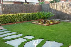 Con nuestro césped sintético puedes combinar piedras, árboles y plantas en un mismo jardín. Teniendo un jardín verde todo el año.