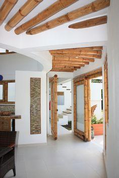 Diseño y construcción de la Casa Calvo ubicada en el municipio del Carmen de Apicalá en el departamento del Tolima por Zuarq Arquitectos. Ideas Cabaña, Bamboo House Design, Hut House, Eco Buildings, Bamboo Structure, Bamboo Architecture, Bamboo Furniture, Furniture Design, Earth Homes