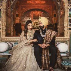 Plain sherwani + printed shawl Sikh Wedding Dress, Punjabi Wedding Suit, Punjabi Wedding Couple, Couple Wedding Dress, Punjabi Bride, Indian Wedding Outfits, Wedding Suits, Wedding Couples, Punjabi Couple