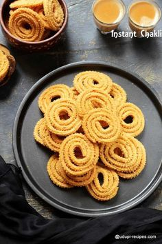 Chakli, chakkuli or murukku however we call it, the process of making perfect ones is bit tricky. So here comes a recipe that gives you the crispy, crunchy instant chakli. Easy Snacks, Yummy Snacks, Snack Recipes, Cooking Recipes, Yummy Food, Savory Snacks, Delicious Recipes, Vegetarian Recipes, Healthy Indian Snacks