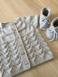 Diy Crafts - Knit Kid Cardigan This knitting pattern / tutorial is available for free. Free Baby Patterns, Baby Sweater Patterns, Baby Cardigan Knitting Pattern, Knitted Baby Cardigan, Knit Baby Sweaters, Baby Pullover, Vest Pattern, Lace Knitting, Knit Patterns