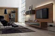 Meuble TV avec écran plat sur un panneau rétro éclairé - Hulsta