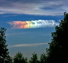 アメリカ、イリノイ州 幻日により作られた虹色の雲