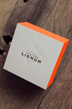 Cartes de visite Atelier Lignum sur papier épais 100% coton / Impression recto verso 1 couleur et débossage à sec et couleur sur tranche