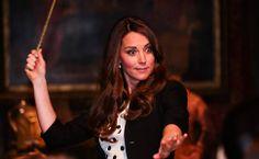 Kate se diverte no set de filmagem de Harry Potter na inauguração dos estúdios Warner Bros em Londres