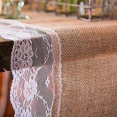 Vintage-Tischläufer mit Spitze für die Hochzeitstafel. Perfekt geeignet für die ländliche Hochzeit.