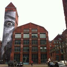 """En la ciudad por sus """"arrugas de la Ciudad"""" del proyecto, el artista francés nuevas piezas están incluyendo los retratos de las personas que envejecen que han, a lo largo de los años, contemplado y experimentado la transformación de Berlín.  Si estás en la zona, usted será capaz de encontrar la pieza de la torre el 25 de Gustav meyer allee mientras que el segundo está en Auguststraße.  Compruebe hacia atrás con nosotros pronto para más actualizaciones de JR ..."""