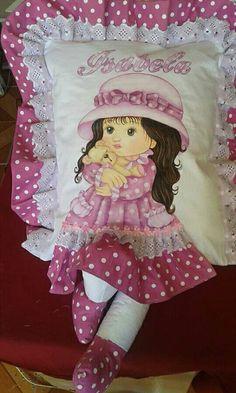 Almofadas de perninha com pintura em tecido de bonecas