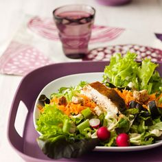 Savukalasalaatti on raikas ja kevyempi vaihtoehto tarjottavaksi. Cobb Salad, Drinks, Food, Drinking, Beverages, Essen, Drink, Meals, Yemek