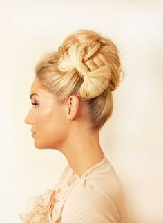 Yes, you can turn you hair into an actual bow! In this post you see How To Make A Bow Hairstyle. You only need is a hair tie, some bobby pins and some hairspray. Cute Hairstyles For Medium Hair, Up Hairstyles, Pretty Hairstyles, Medium Hair Styles, Wedding Hairstyles, Curly Hair Styles, Layered Hairstyles, Photomontage, Christmas Hairstyles