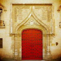 Il portale della galleria Parmeggiani.