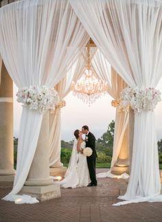 Vai casar em 2017? Saiba queesse será um ano de casamentos que preservam mais o amor e a união familiar, os noivos irão por os pés no chão e deixarão de fazer as festas para as pessoas, e sim para…