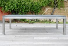 Outdoor table steel/concrete by Taporo. J'adore !
