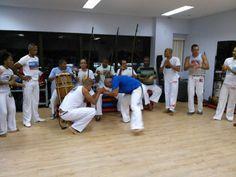 Roda de Capoeira com integrantes iniciando jogo