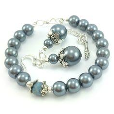 Komplet biżuteriidamskiej wykonany ręcznie. Kolczyki i bransoletkaz koralików szklanychkulek- perełw kolorze srebrnym, szarym.
