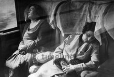 Frauen schlafen im Zugabteil ullstein bild - Heinrich Guttman/Timeline Images #30er #30s #daydreams #entspannen #relax #enjoy #sleep #schlafen #tagträumen #Tagträumer #träumen #Nickerchen #nap #Zugfahrt #Frauen #Menschen #Zugabteil