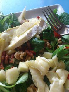 Zondag aten we een salade met warme brie, appel en spekjes. Daarbij had ik een honingdressing gemaakt, een hele lekkere afwisseling van fris, zoet en zout. Benodigdheden voor 2 personen: Sla (bijvoorbeeld veldsla en rucola) 4 plakken brie in de … Lees verder